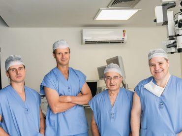 médicos do coa se preparando para cirurgia oftalmológica