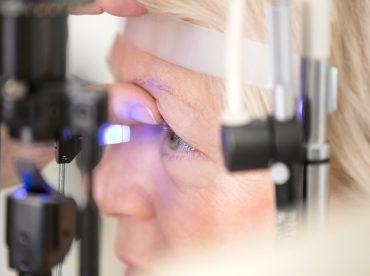 exame de fundo de olho para detectar doenças oculares que se manifestam pelos olhos