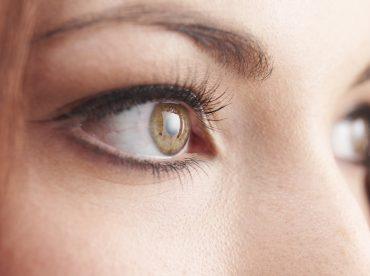 olhos de mulher com cílios postiços