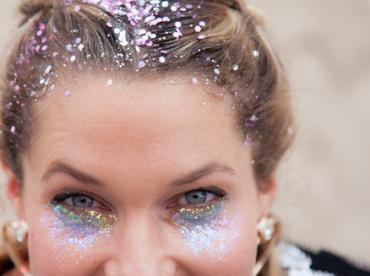 saúde dos olhos com olho cheio de glitter em maquiagem carnavalesca